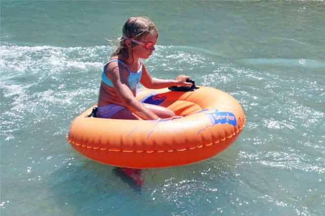 Photographie d'une enfant dans une bouée sur la rivière Drôme