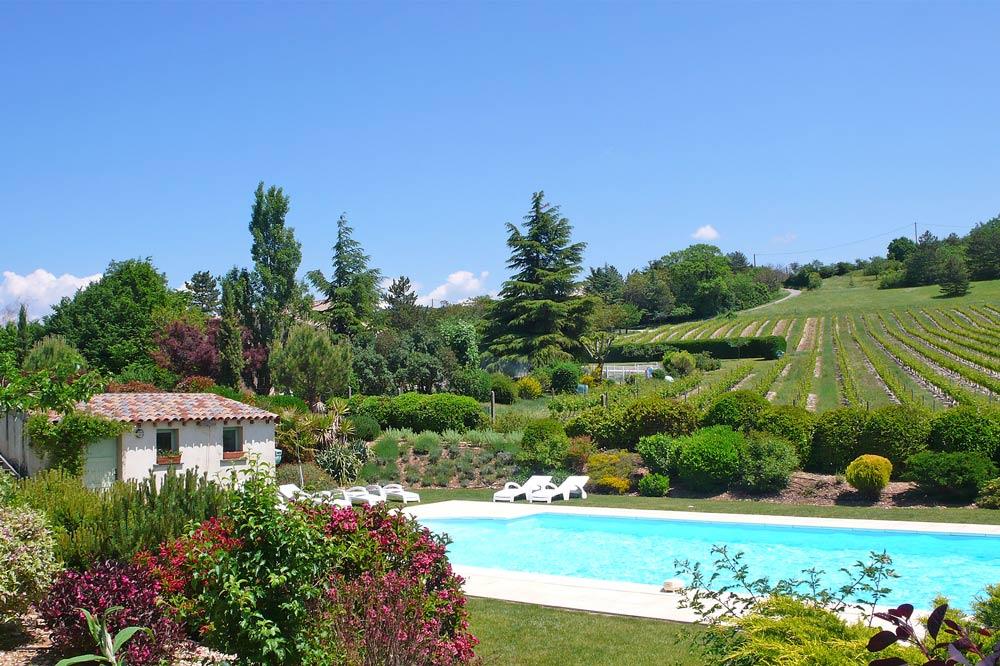 Photographie d'une piscine et des vignobles de l'AOC Clairette de Die