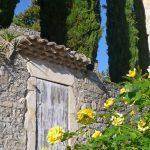 Photographie d'un village fleuri dans le sud de la France