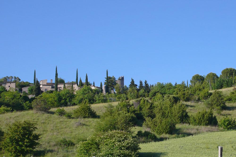 Photographie d'un village perché de la Drôme