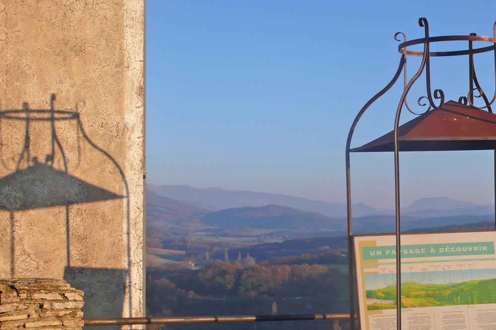 Photographie d'une table d'orientation dans un village perché de la Drôme