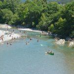 Photographie d'une rivière calme avec des canoë