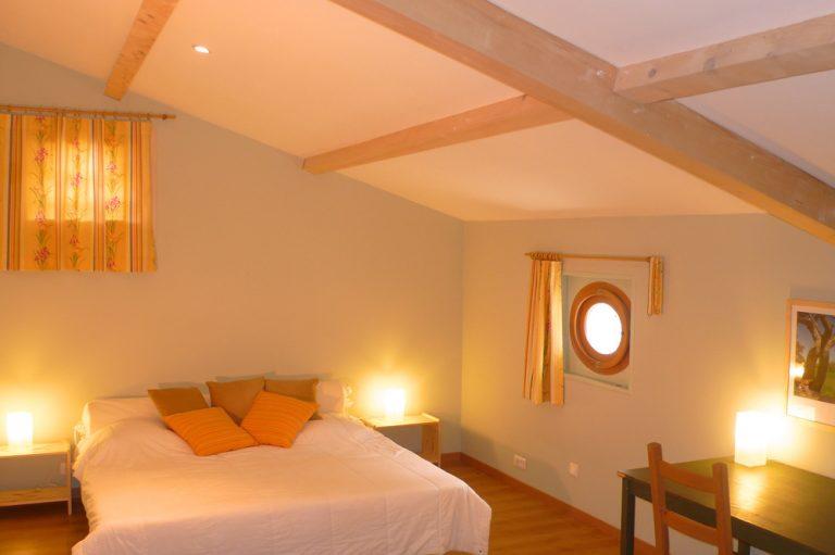 Photographie d'une chambre mensardée d'une maison de vacances de style provençal