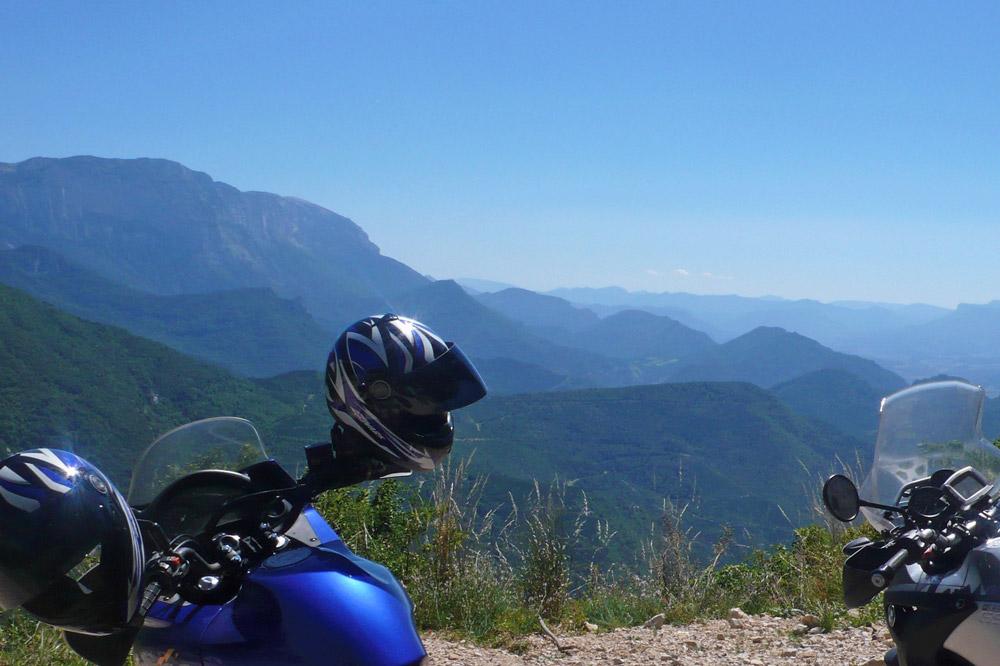 Photographie de motos sur les routes sinueuses de la Drôme
