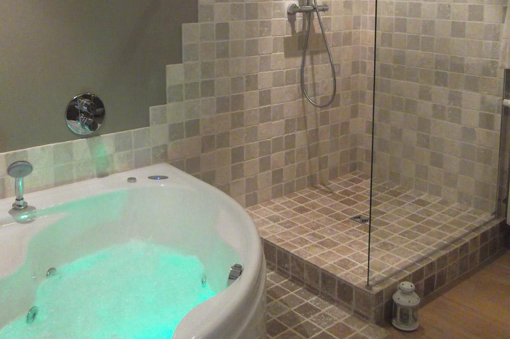 Photo d'une salle de bain avec baignoire Balnéo et douche à l'italienne