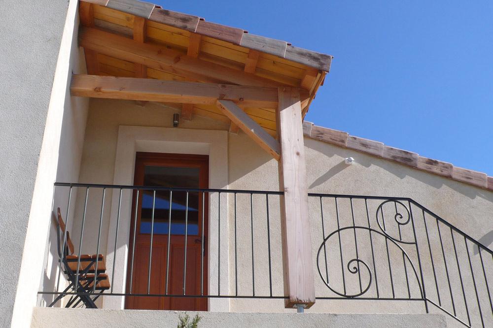 Photo d'un escalier avec fer forgé d'une maison de vacances dans la vallée de la Drôme