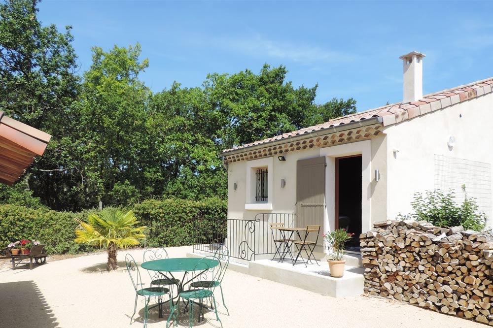 Photo de la terrasse d'un gîte de groupe proche entre Saillans et Aouste