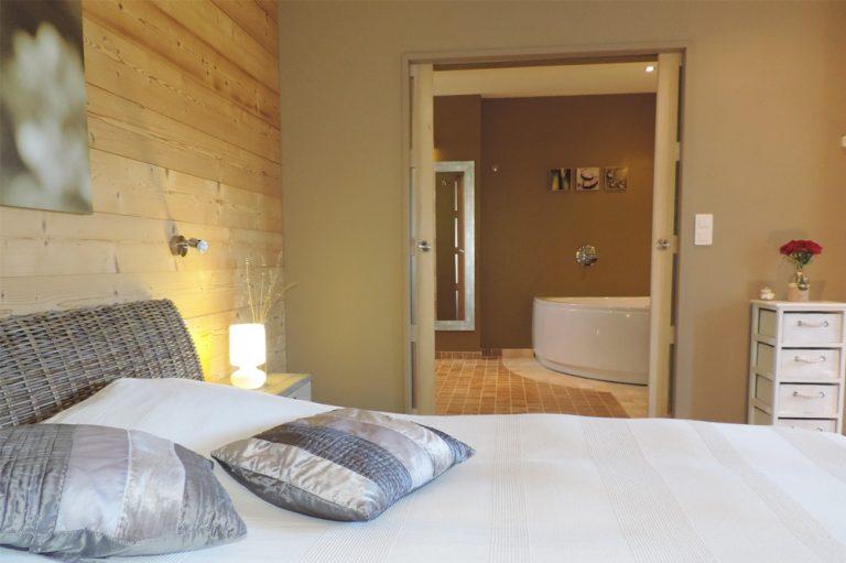 Photographie d'une chambre et d'une salle de bain d'accès facile pour les personnes à mobilité réduite