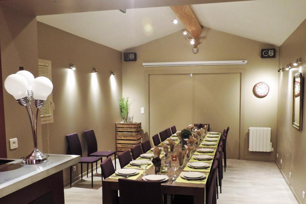 Photo d'une salle de repas pour 20 personnes dans la Drôme
