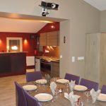 Photo d'une salle pour les groupes avec vidéo-projecteur