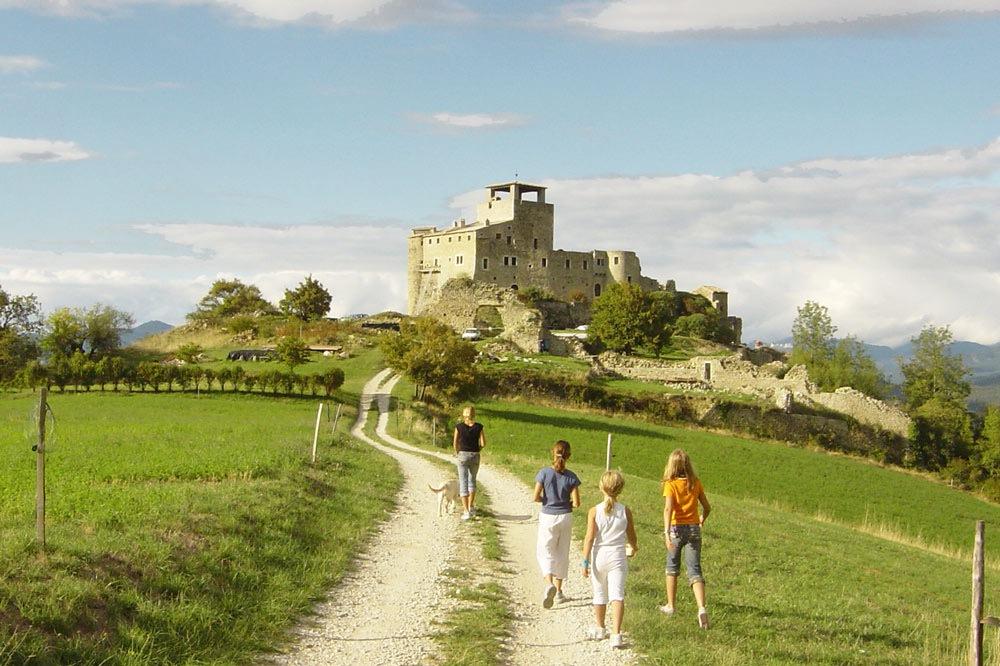 Photo d'une famille en promenade à Piégros la Clastre