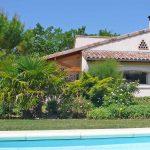 Photographie d'une piscine et du'une maison de vacances de style provençal