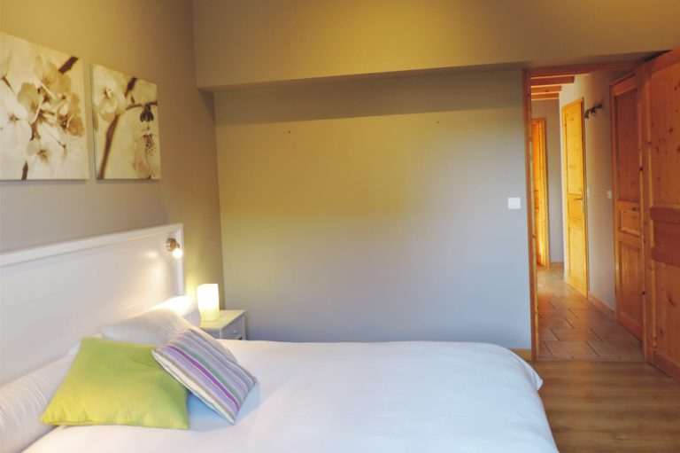 Photographie d'une chambre à coucher dans un hébergement touristique dans la vallée de la Drôme