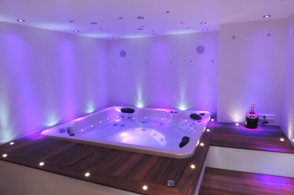 Photo d'un espace bien-être avec jacuzzi privatif dans un gîte 3 étoiles