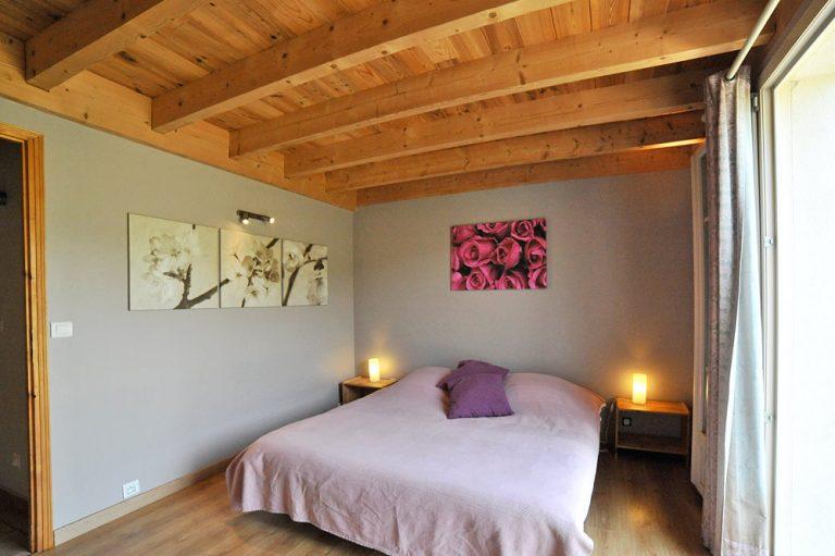 Photographie d'une chambre ouverte sur un jardin dans une maison de vacances à louer dans la Drôme