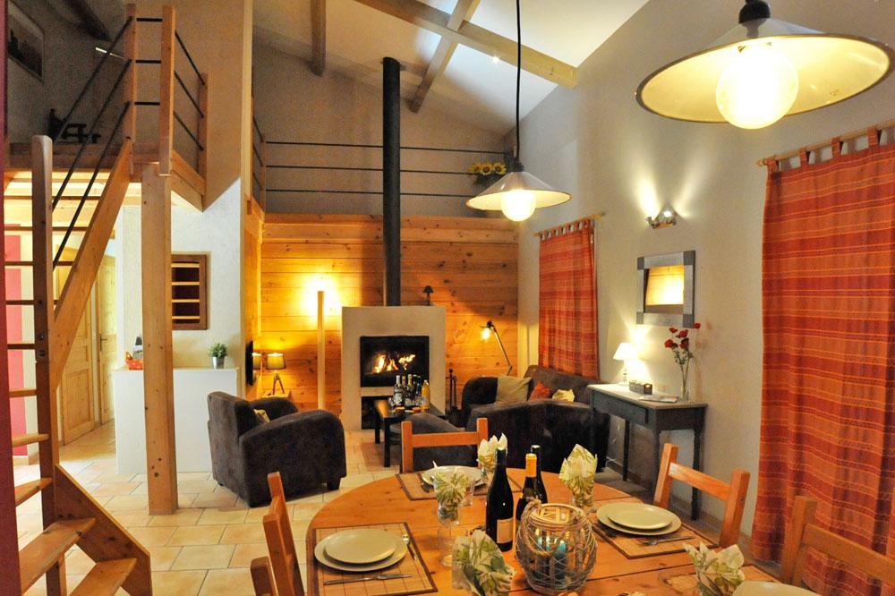 Photographie d'une cheminée design d'un gîte en France