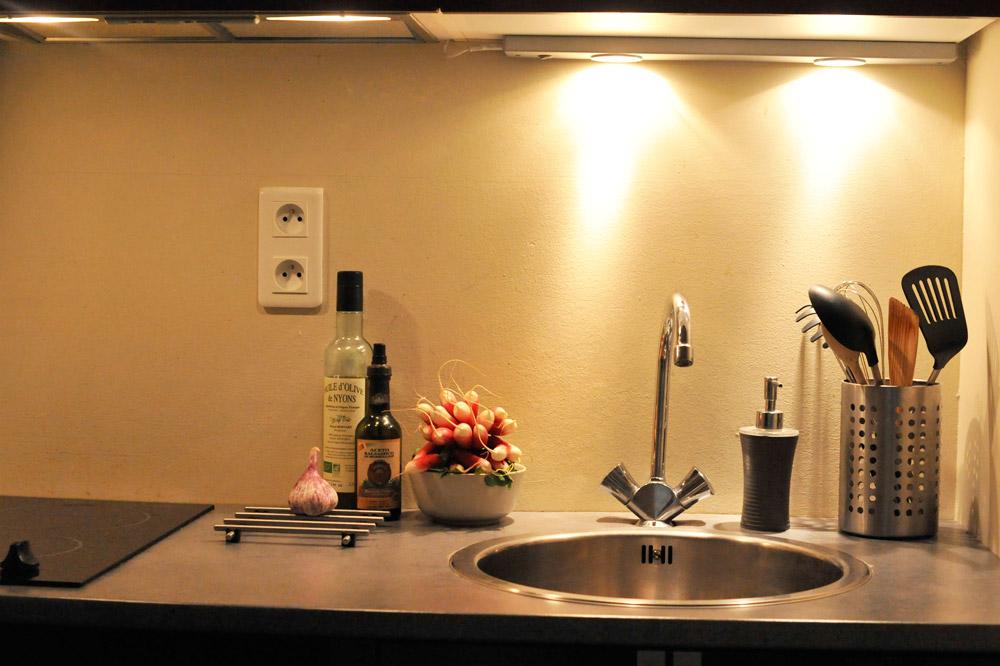 Photo d'une cuisine équipée d'un gîte à Mirabel et Blacons
