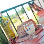 Photo d'une table d'apéritif sur une terrasse dans le sud de la France