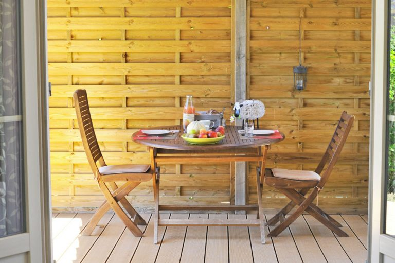 Photographie de la terrasse couverte d'un gîte en France
