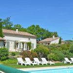 Photographie d'une piscine et d'un gîte en France