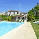 Photo d'une grande piscine et de maisons de vacances dans la Drôme