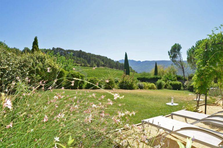 Photographies de chaises longues dans le jardin d'une maison de vacances à louer dans la Drôme