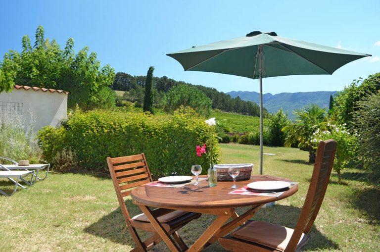 Photographie d'une table de jardin dans un jardin fleuri dans la Drôme