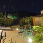 Photo d'une terrasse avec éclairage nocturne