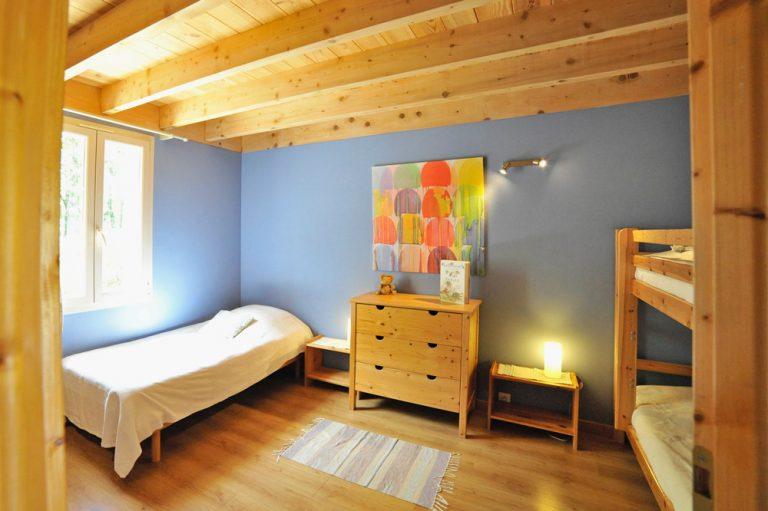 Photographie d'une chambre avec 3 lits dans un gîte 3 étoiles dans la Drôme