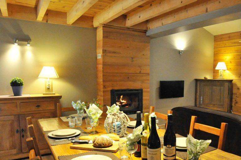 Photographie d'un salle à manger ave une Cheminée et un feu