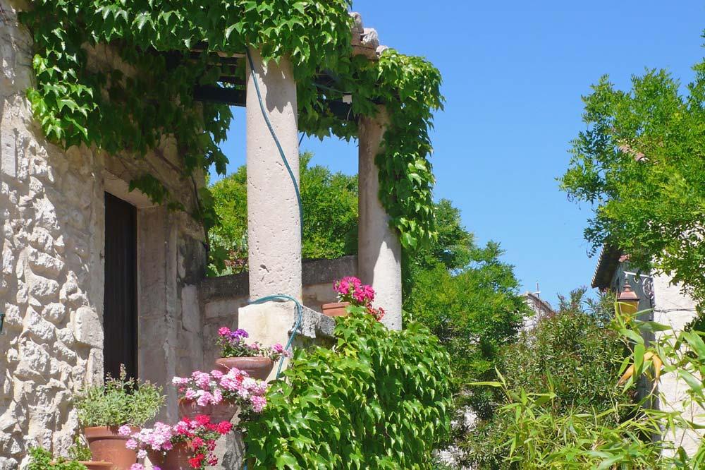 Photographie d'une maison en pierre typique du Sud de la Drome