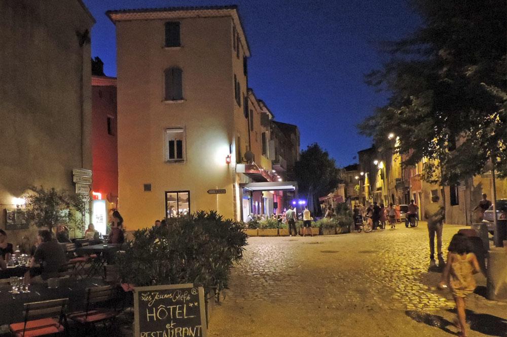 Photographie d'une terrasse de restaurant dans le sud de la France