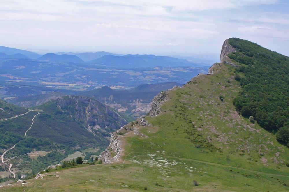 Photographie du massif des 3 becs au bout du synclinal de Saou