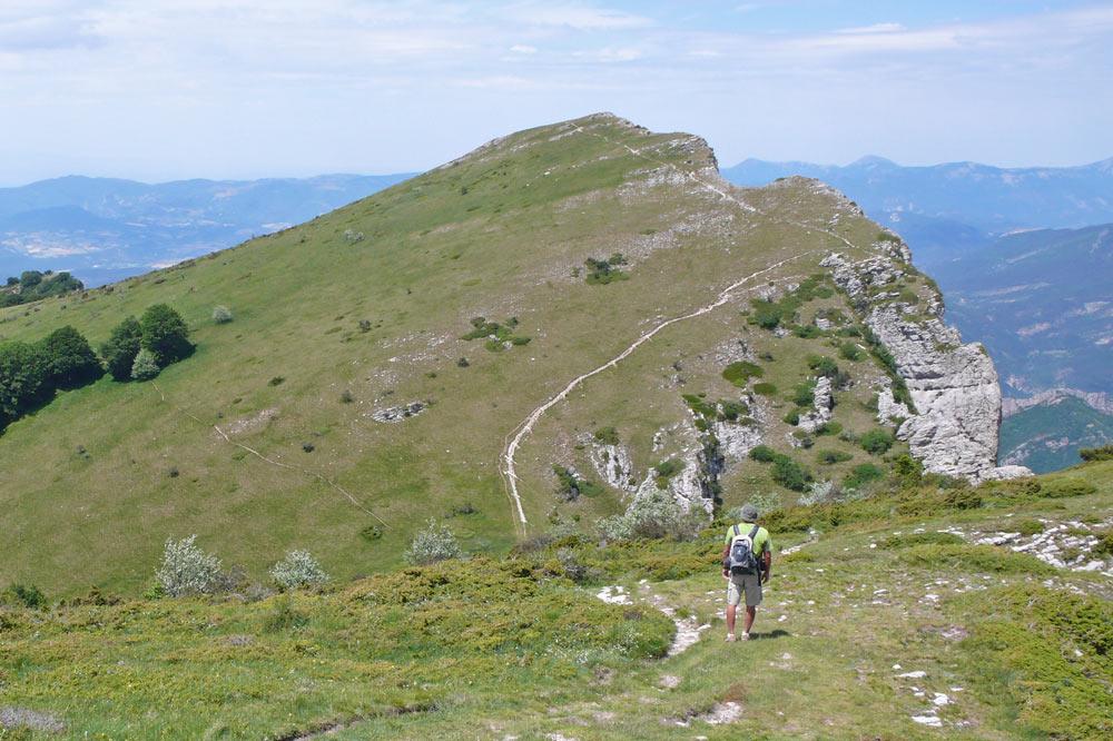 Photo d'un randonneur sur le massif des 3 becs dans la vallée de la Drôme.
