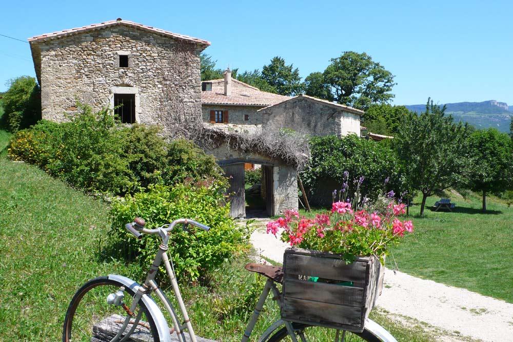 Photographie d'une ferme à Suze dans la vallée de la Drôme