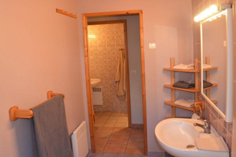 Photographie de 2 salles de bains dans un hébergement touristique à louer dans le sud de la France