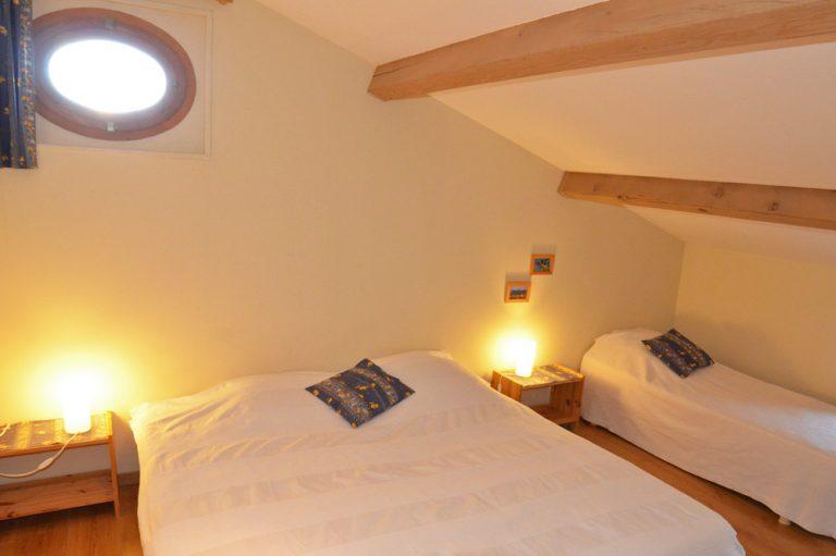 Photographie d'une chambre mansardée dans un gîte en Drôme