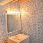 Photographie d'une salle de bain avec une douche