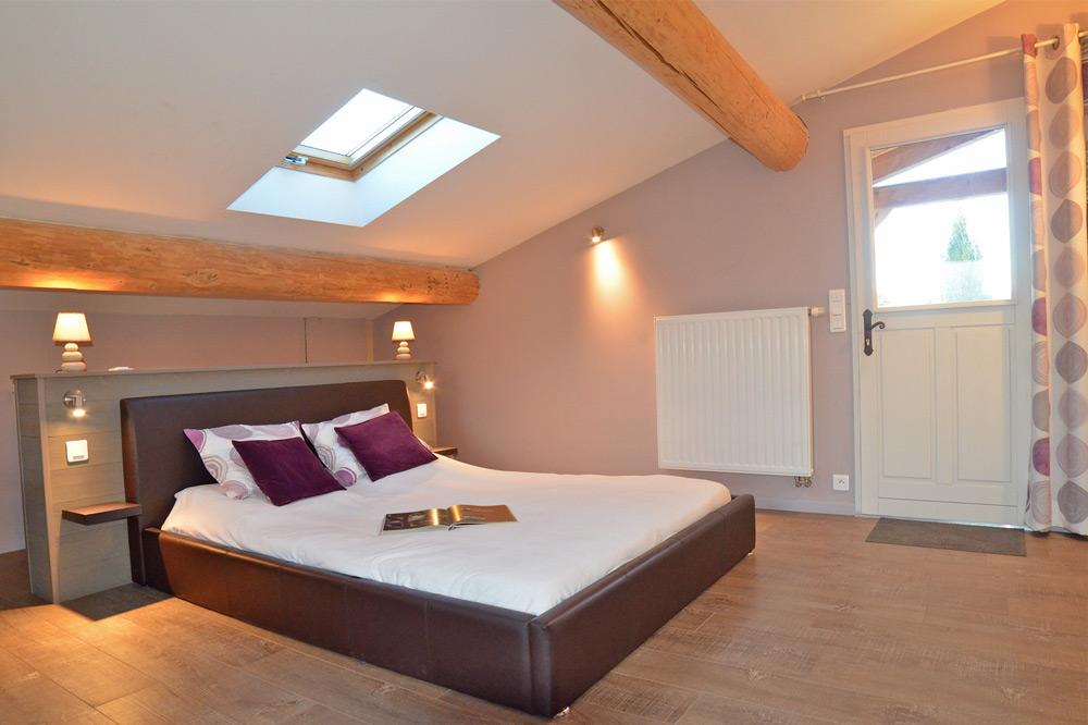 Photo d'une chambre mansardée dans un gîte en France