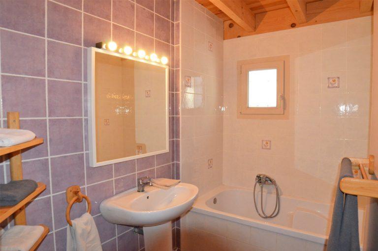 Photographie d'une salle de bains avec un lavabo et une baignoire