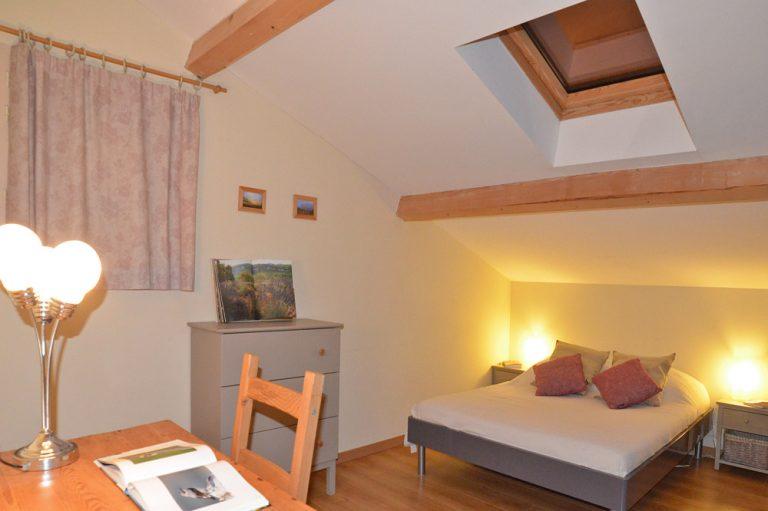 Photographie d'une chambre mensardée d'un hébergement touristique