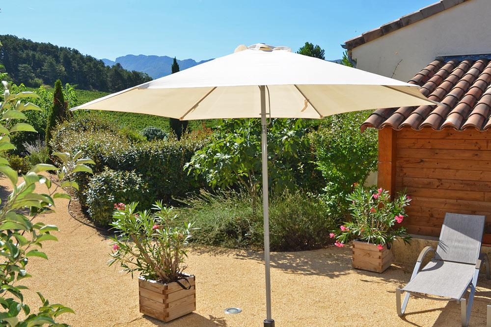 Photo d'une terrasse fleurie aux portes de la Provence
