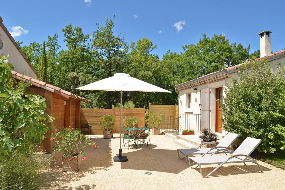 Photo d'une terrasse avec des chaises longues