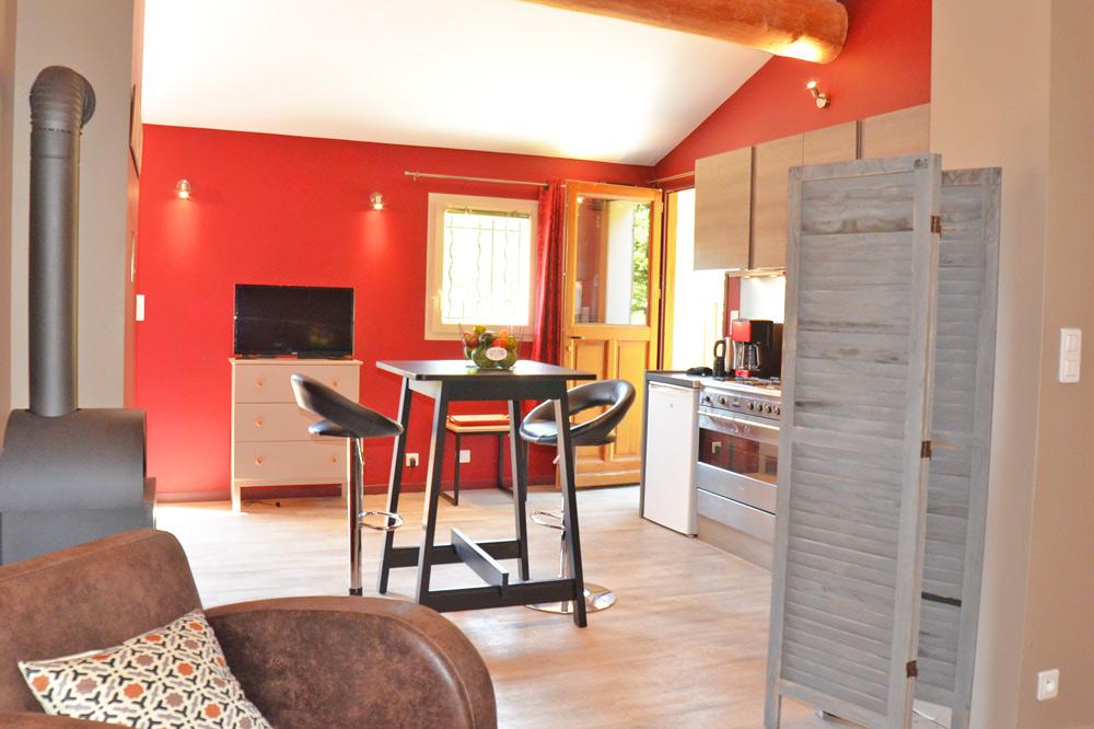 Photo d'une cuisnne ouverte dans un hébergement touristique de la vallée de la Drôme