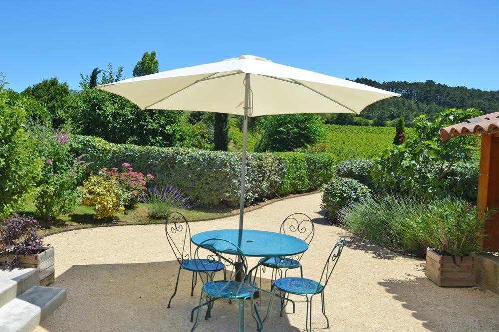 Photo d'une terrasse fleurie face aux vignobles de la clairette de Die
