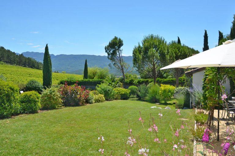 Photographies d'un jardin arboré donnant sur les vignobles de la Clairette de Die