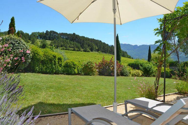 Photographies de transats dans le jardin d'une maison de vacances dans la Drôme