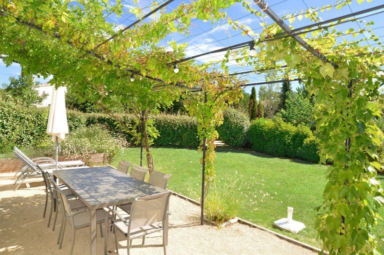 Photographie d'un jardin d'un hébergement touristique dans la Drôme