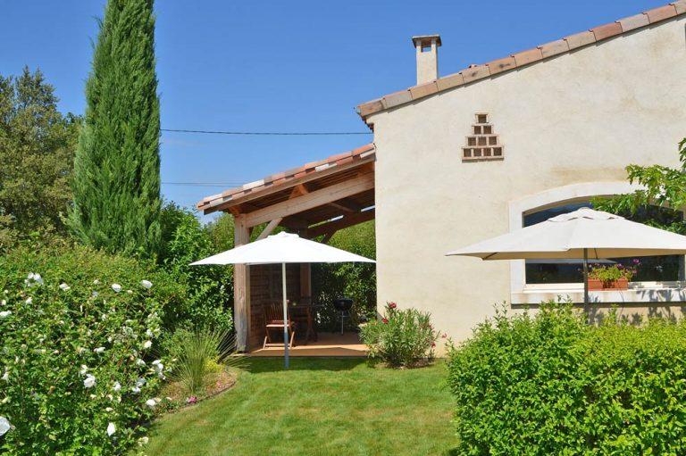 Photographie du jardin fleuri d'une maison de vacances dans la Drôme