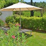 Photographie d'un jardin avec des lauriers roses avec vue sur les vignobles de la Clairette de Die